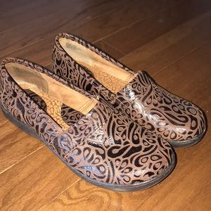 BORN Patterned Clogs